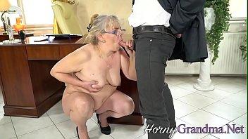 Старая секретарша шалит с молодым боссом