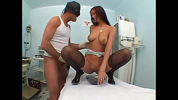 Врач гинеколог выебал пациентку в чулках
